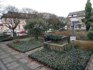 Einst preisgekrönt, seit Jahren nur noch öd und leer: der Neustädter Kirchplatz, im Hintergrund das Amtsgericht.