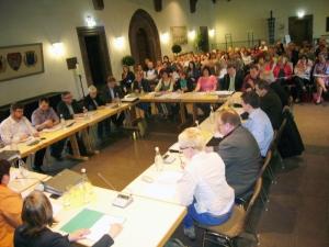 Schulausschuss vor großer Zuschauerkulisse in der Rathaushalle.