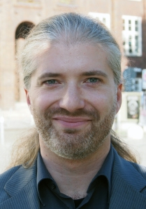 Dr. Florian Schröder.