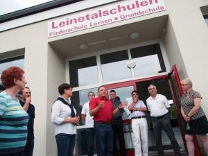 Vor Ort: SPD vor dem Schulgebäude in Drüber mit Ortsbürgermeister Rolf Metje, Landrat und MdB.