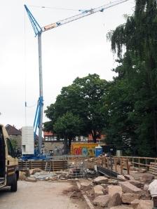 Jetzt mit Kran: die Brückenbaustelle am Tiedexer Tor am 8. August 2013.