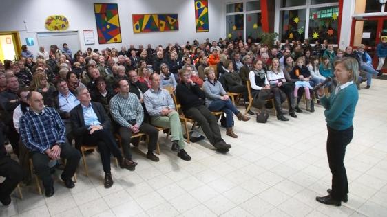 Volles Haus: Einwohnerversammlung in Drüber am Montag mit Bürgermeisterin Dr. Sabine Michalek.
