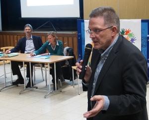 Ortsbürgermeister Rolf Metje (SPD), im Hintergrund Bürgermeisterin Dr. Sabine Michalek und Schulfachbereichsleiter Albert Deike.