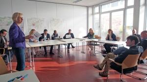 Tanja Klein (stehend) von der Planungsgruppe Lange-Puche in einer Arbeitsgruppe beim IEK-Workshop.