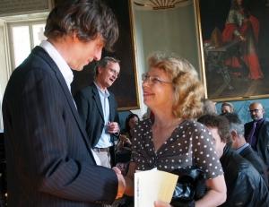 Intendant Christian Doll gratuliert Wahlsiegerin Franziska Schwarz. Im Hintergrund Heinz-Gerhard Ehmen.