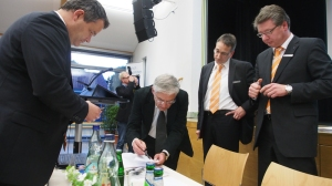 100 Prozent Zustimmung gab's für die Fusion, hier (v.l.) Vorstand Andreas Wobst, Notar Hans-Ulrich Elsaesser, Aufsichtsratschef Dierk Fingerhut und Vorstand Thorsten Briest.