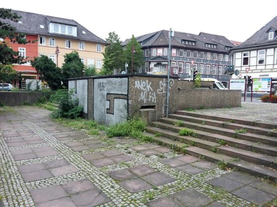 Mitten in der Stadt und doch verlassen, vergessen? Der Neustädter Kirchplatz mit Löwenkreuzung im Hintergrund.