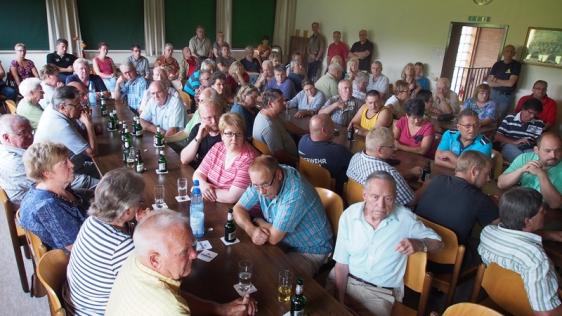 """Rund 100 Zuhörer hatte die heutige Ortsratssitzung im Dorfgemeinschaftshaus in Garlebsen. Anschließend gründeten die Bürger eine Initiative """"Pro Brücke""""."""