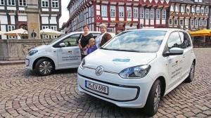 Die SPD-Ratsmitglieder Eunice Schenitzki und Gitta Kunzi mit ihren VW e-up! auf dem Marktplatz.