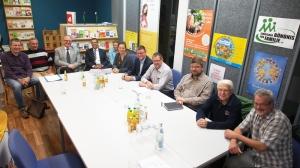 Optimismus am EinKiFaBü-Tisch: Treffen von Bündnis-Vorstand und Kommunalpolitikern.