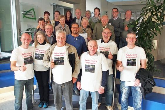 Daumen hoch! Die Bürgerinitiative Pro Leinebrücke freute sich nach der positiven Abstimmung im Kreistag über den erzielten Sieg.