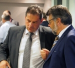 Dirk Ebrecht (links), Landrat Michael Wickmann am Rande der Kreistagssitzung.