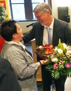 Wollen gemeinsam Äpfel pflücken: Vardeilsens Ortsbürgermeisterin Antje Sölter überreichte Strohmeier im Namen aller 46 Ortschaften Apfelbaum und Apfelbrand.