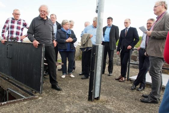 In luftiger Höhe: Förderverein-Vorsitzender Ernst Müller (l.) und Architekt Horst Sander (2.v.l.) stellten den Mitgliedern des Ausschusses für Stadtentwicklung die notwendigen Arbeiten auf dem Turm der Greener Burg vor.