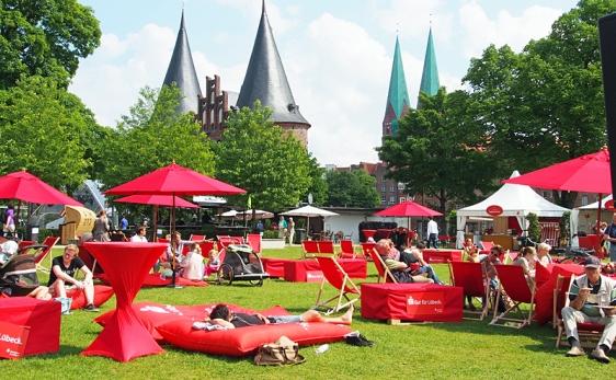 Liegewiese beim Hansetag 2014 in Lübeck vor dem Holstentor mit Liegestühlen und Sitzsäcken.
