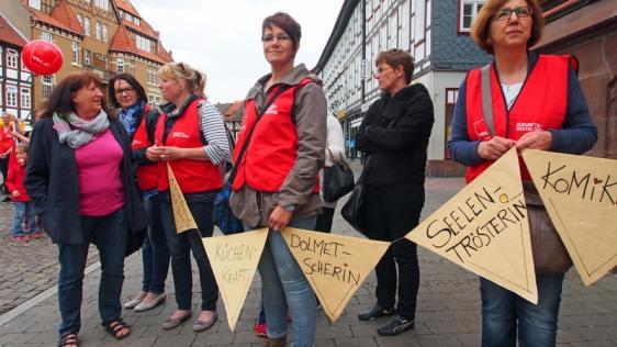 Streikende Erzieherinnen im Gespräch mit SPD-Fraktionschefin Margrit Cludius-Brandt (links).