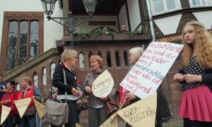 Protest vor der Sitzung des Einbecker Stadtrates: Streikende Erzieherinnen im Gespräch mit Heidrun Hoffmann-Taufall (CDU).