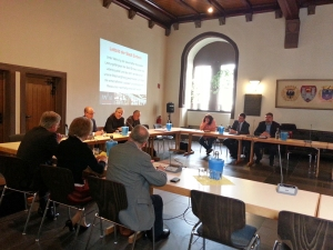 Sechs Mitglieder der Projektgruppe und Dr. Florian Schröder und Frithjof Look von der Verwaltung stellten den Entwurf vor.