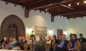 Zuhörer bei der Informationsveranstaltung zum Leitbild in der Rathaushalle.