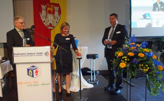 Innovativ bis zum Schluss: Horst Diercks (links) mit Bürgermeisterin und Geschäftsführer-Kollege Bernd Cranen bei der Freigabe der Einbeck-App.