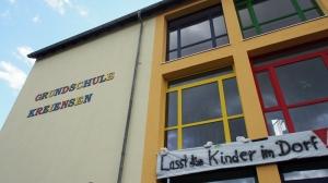 Grundschule Kreiensen mit Protest-Plakat.