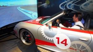 Wirtschaftsminister Olaf Lies im Porsche-Fahrsimulator auf der Grand-Prix-Strecke in Brasilien.