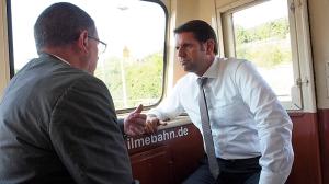 """Olaf Lies (r.) mit Ilmebahn-Geschäftsführer Christian Gabriel im """"Ilmeblitz"""" auf dem Weg von Salzderhelden nach Einbeck."""