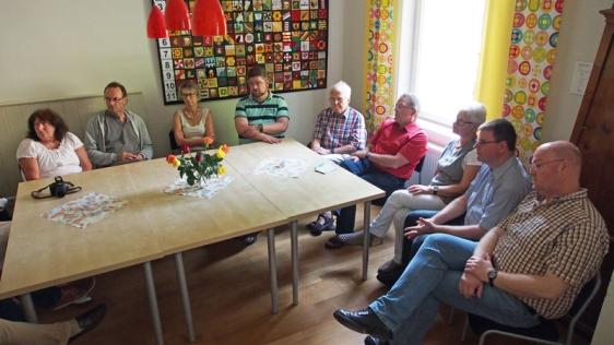 Mitglieder der SPD-Kreistagsfraktion und der SPD-Stadtratsfraktion im Museumscafé, in dem sich regelmäßig Flüchtlingsbetreuer treffen.