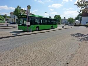 Der Zentrale Omnibus-Bahnhof (ZOB) in Einbeck heute, im Hintergrund der Bahnhof Einbeck-Mitte.