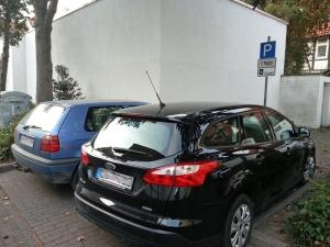 Aus diesen zwei Parkplätzen soll ein Behindertenparkplatz entstehen.