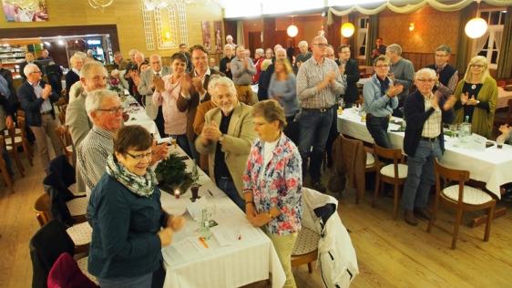 Stehende Ovationen für den Landratskandidaten im gut gefüllten Gasthaussaal Tappe in Opperhausen.
