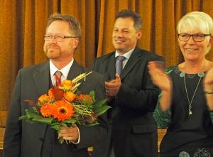 Bernd von Garmissen genießt den Beifall nach seiner einstimmigen Wahl zum Landratskandidaten, rechts Dirk Ebrecht und Beatrix Tappe-Rostalski.