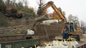 Am Freitag sollen die Bauarbeiten an der vorübergehenden Gabionen-Stützmauer abgeschlossen sein.