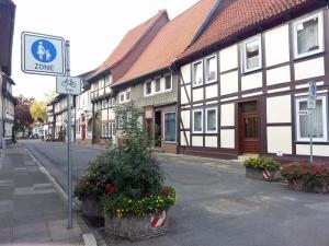 Die Oleburg ist Fußgängerzone und nur deshalb zurzeit geöffnet, weil am kommenden Wochenende das Eulenfest stattfindet.