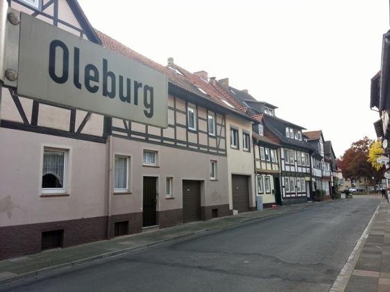 Die Oleburg ist eine Fußgängerzone, sieht aber nicht wie eine solche aus, weil seit einem Probebetrieb vor 20 Jahren imgrunde aus absperrenden Blumenkübeln nichts passiert ist.