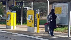 Zweimal gelb: Nur noch Metronom-Fahrkartenautomaten gibt es am Bahnhof in Kreiensen (Foto) und in Salzderhelden.