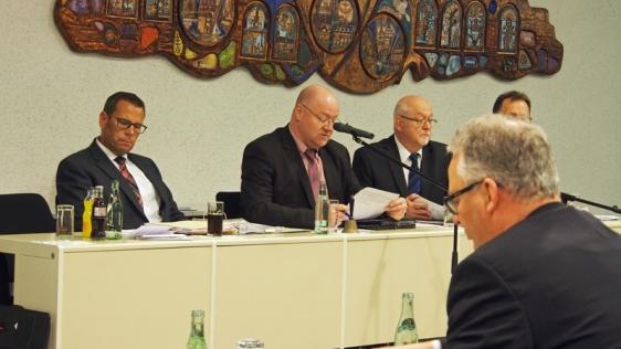 Jörg Richert (l.) heute in der Kreistagssitzung, rechts neben ihm