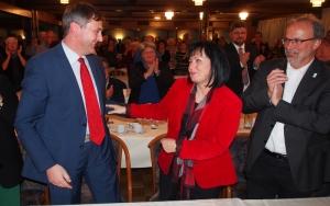 Erste Glückwünsche: Ehemann Martin (links) gratulierte Astrid Klinkert-Kittel nach ihrer Wahl zur SPD-Landratskandidatin, rechts Dassels Bürgermeister Gerhard Melching.