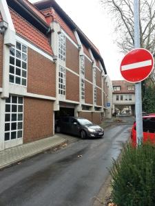Wer von der Hägerstraße anfahren will, steht vor dem rotem Verbotsschild.