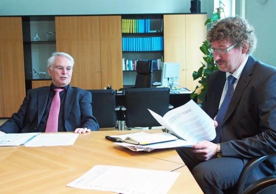 Finanzminister Peter-Jürgen Schneider (links), hier mit seinem Staatssekretär Frank Doods aus Kreiensen im Ministerium in Hannover. Archivfoto.
