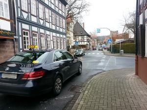 Rechts vor Links: Autos aus dem von rechts kommenden Haspel haben Vorfahrt.