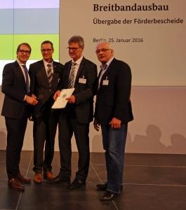 Mit Förderbescheid (v.l.) Alexander Dobrindt, Dr. Roy Kühne, Ralf Buberti, Dr. Wilhelm Priesmeier. Foto: BMVI
