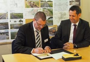 Verkehrsminister Olaf Lies (SPD) und Ilmebahn-Geschäftsführer Christian Gabriel (r.) haben eine Finanzierungsvereinbarung für die Reaktivierung der Trasse unterzeichnet.