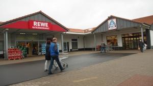 Einkaufen mitten in Kreiensen: Aldi- und Rewe-Markt liegen direkt nebeneinander.