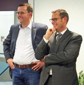 FDP-Kreisvorsitzender Christian Grascha (l.) und Nachbar Jörg Richert.