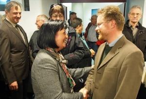 Glückwünsche an die Siegerin: Dr. Bernd von Garmissen gratuliert Astrid Klinkert-Kittel im Kreishaus.
