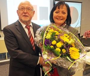 Kreiswahlleiter Dr. Hartmut Heuer gratuliert mit Blumen der neuen Landrätin Astrid Klinkert-Kittel (SPD).