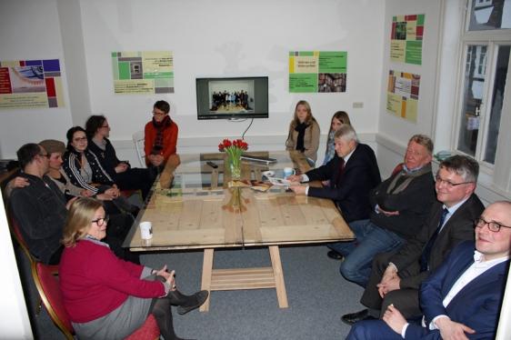 Diskussionen im Kulturbüro: Studierende der HAWK und Einbecker sprechen über die Zukunft der Tiedexer Höfe. Foto: Kultur im Team