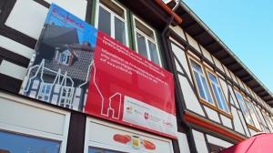 """Schroedter-Block"" mit Fördergebiet-Plakat."