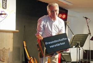 """Karl-Heinz Rehkopf mit """"Freundschaftsverstärker"""". So richtig entgegen nehmen wollte das Präsent niemand."""